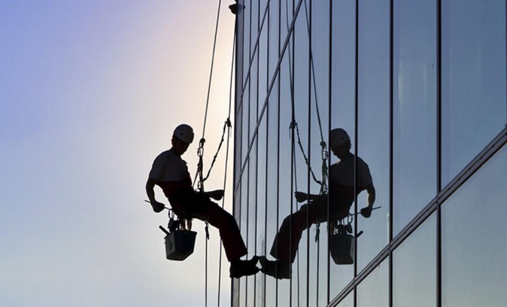 Dịch vụ lau kính nhà cao tầng chuyên nghiệp